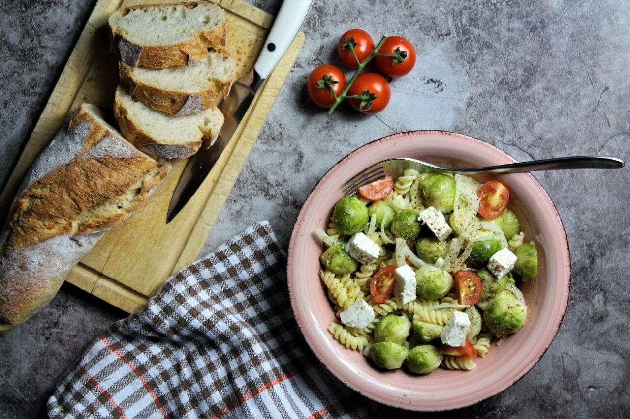 wintersalat mit rosenkohl und pasta - anja auer