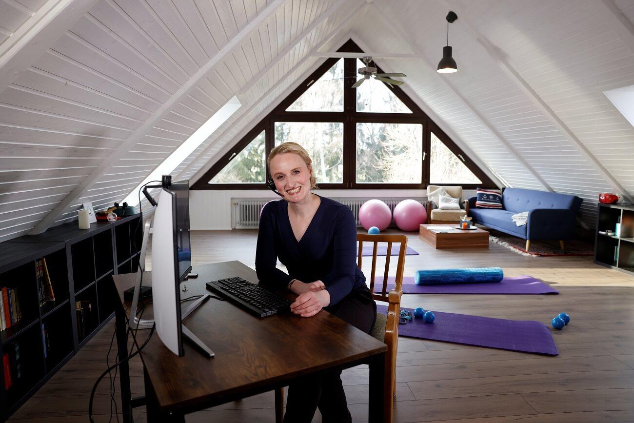 Online Pilates Kurs - pilates trainerin anja auer vor dem computer